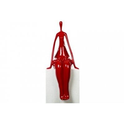 Beeld zittende vrouw rood