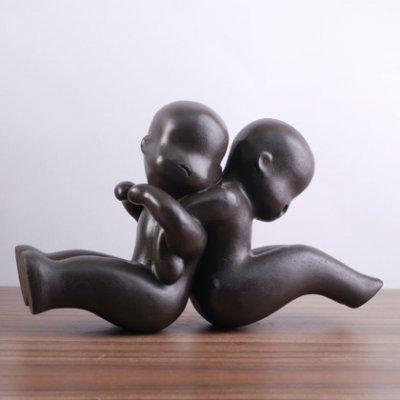 Beeld 2 spelende babies donkerbruin