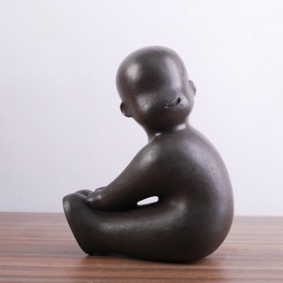 Beeld zittende baby donkerbruin